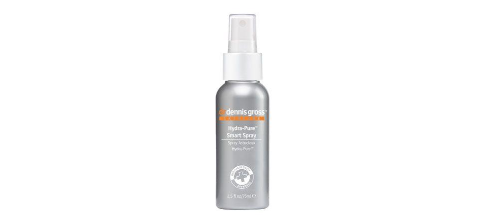 <p>O Hydra-Pure Smart Spray - Dr. Dennis Gross (US$18) é um spray desintoxicante e de hidratação rápida que nutre a pele em instantes. Com o efeito de proteger e acalmar a pele, o spray é indicado para recuperar a pele do rosto depois de um excesso de make ou de um longo período exposto ao sol.</p>