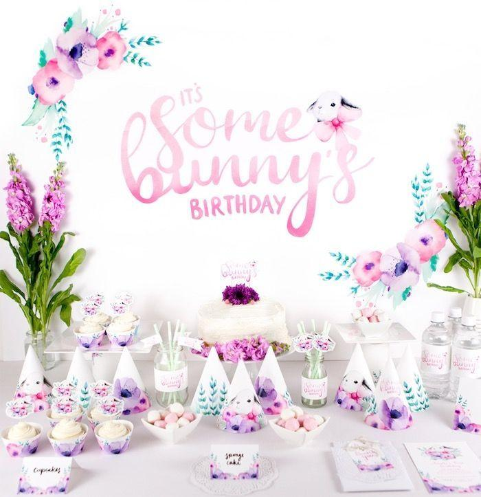 "Foto: Reprodução / <a href=""http://www.karaspartyideas.com/2015/07/floral-bunny-birthday-party.html"" target=""_blank"">Kara's Party Ideas</a>"