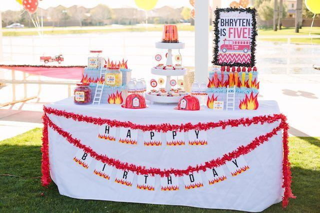 "Foto: Reprodução / <a href=""http://www.petitepartystudio.com/2014/11/real-party-fireman-birthday-party-2/"" target=""_blank"">Petit Party Ideas</a>"