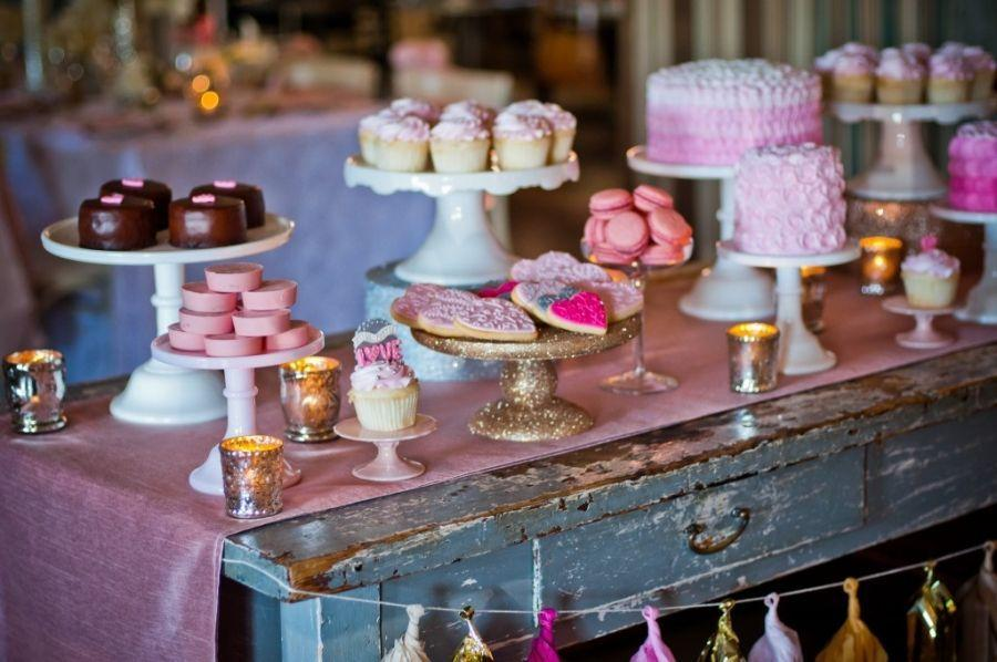 "Foto: Reprodução / <a href=""http://deliciouslydarlingevents.com/all-you-need-is-love-dessert-table/"" target=""_blank"">Deliciously darling events</a>"