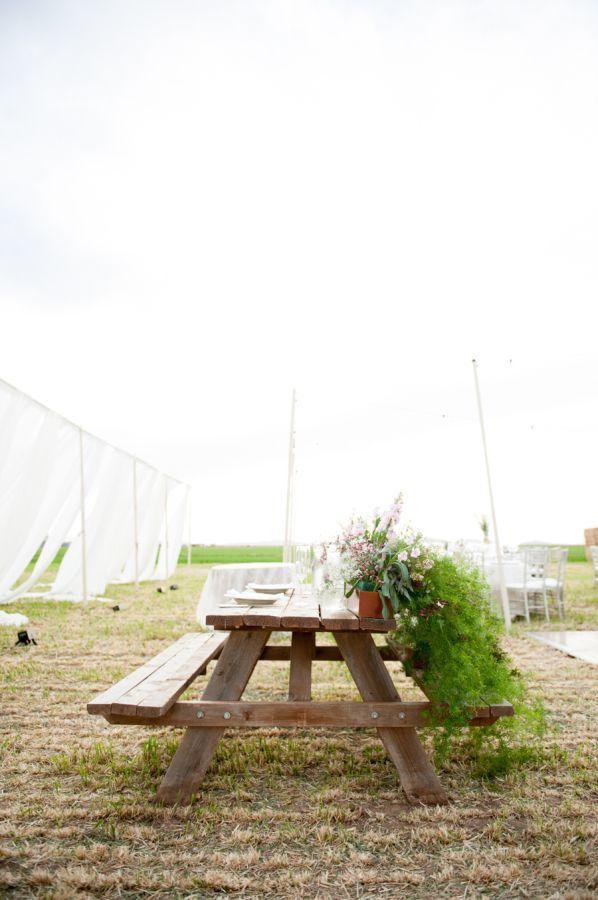 "Foto: Reprodução / <a href=""http://www.stylemepretty.com/little-black-book-blog/2014/03/03/elegant-mint-farm-wedding"" target=""_blank"">Style me pretty</a>"