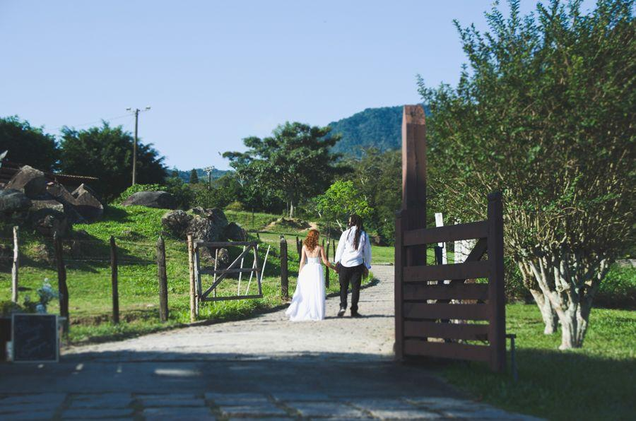 """Foto: Reprodução / <a href=""""http://lapisdenoiva.com/casamento-rustico-no-campo-ester-e-lucas/"""" target=""""_blank"""">Lápis de Noiva</a>"""