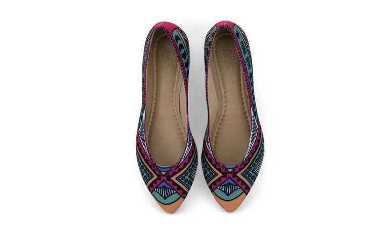 """Sapatilha África por R$ 119,00 na <a href="""" http://loja.estilomenina.com.br/sapatilhas-ilustradas-bico-fino/sapatilha-ilustrada-africa-estilo-menina/ """" target=""""_blank"""">Estilo Menina</a>"""