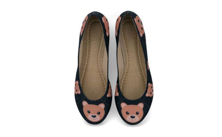 """Sapatilha Bear por R$ 149,00 na <a href="""" http://loja.estilomenina.com.br/sapatilhas-ilustradas-bico-redondo/sapatilha-ilustrada-bear-estilo-menina/ """" target=""""_blank"""">Estilo Menina</a>"""
