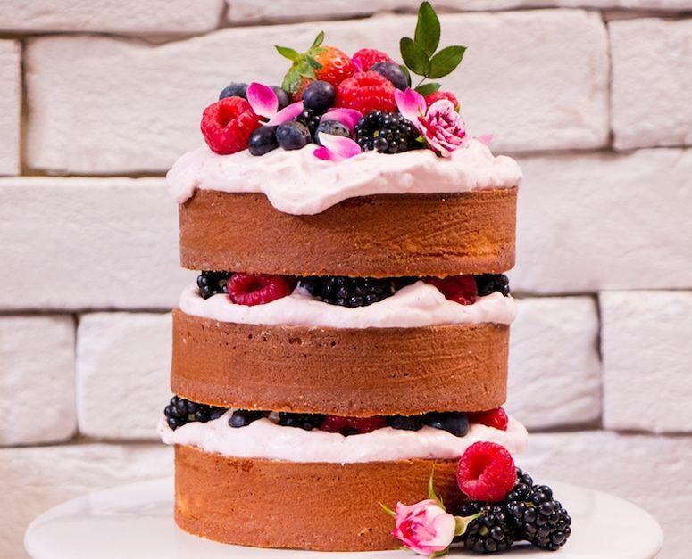 """Foto: Reprodução / <a href="""" http://www.icouldkillfordessert.com.br/receitas/bolo/naked-cake-de-coco-com-creme-de-framboesa/"""" target=""""_blank"""">I could kill for dessert</a>"""