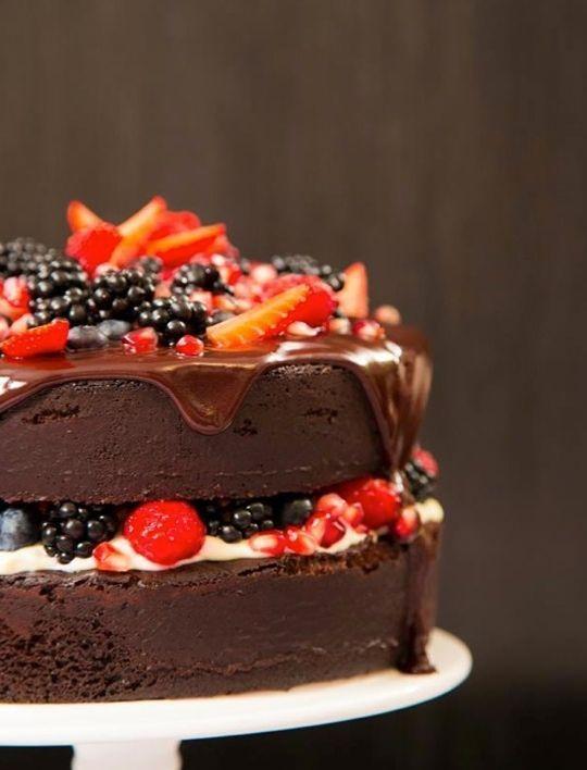 """Foto: Reprodução / <a href="""" http://www.icouldkillfordessert.com.br/receitas/bolo/bolo-pelado-de-chocolate-com-frutas-vermelhas-aka-naked-cake/"""" target=""""_blank"""">I could kill for dessert</a>"""