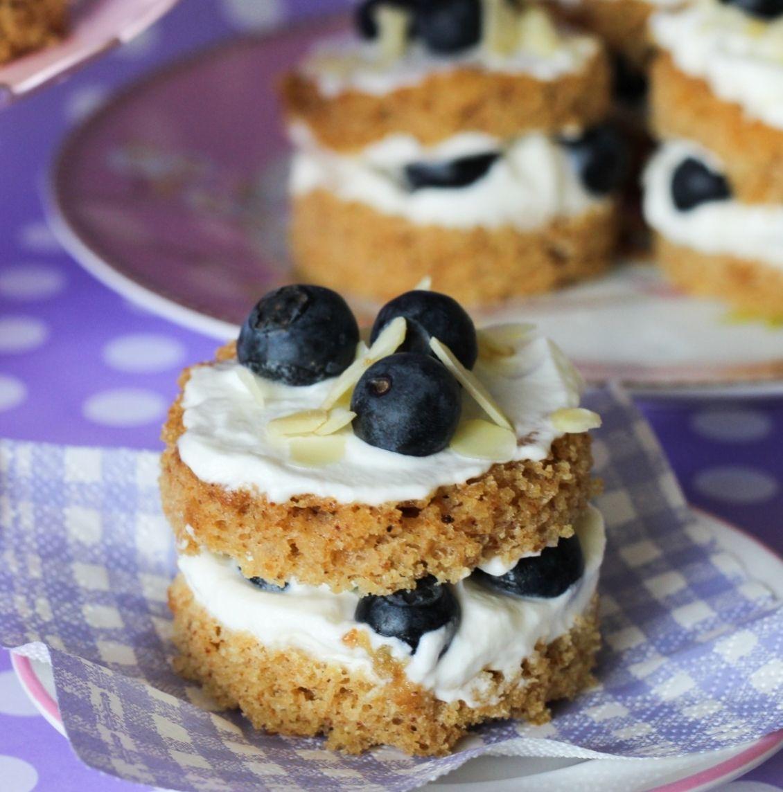 """Foto: Reprodução / <a href=""""http://www.icouldkillfordessert.com.br/receitas/sobremesas-low-carb-por-bruna-gomes/naked-cake-de-amendoas-e-mirtilos/"""" target=""""_blank"""">I could kill for dessert</a>"""