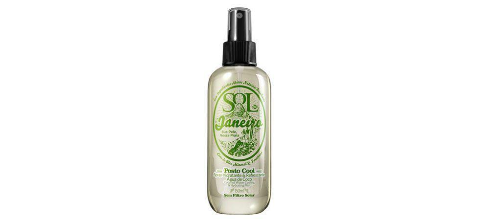 """<p>Produtos de beleza e cuidados com a pele <a href=""""http://www.dicasdemulher.com.br/produtos-de-beleza-refrescantes/"""">à base de cânfora, mentol, chá e pepino</a> tendem a deixar uma sensação de refrescância na pele após a aplicação e são extremamente recomendados para o uso no verão. </p> <p>Foto: Sol de Janeiro Spray Hidratante e Refrescante Água de Côco (preço médio R$27) </p>"""