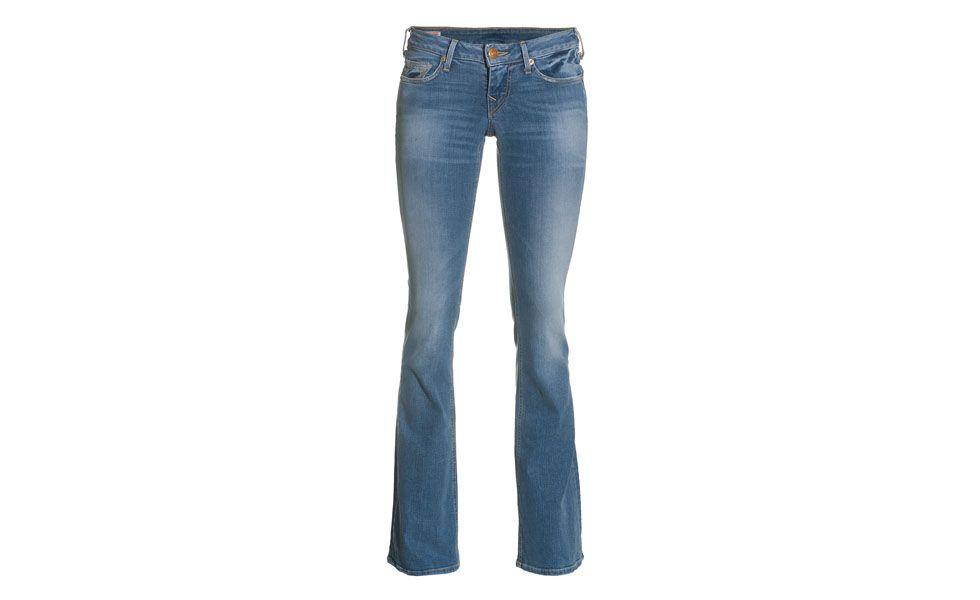 """<p>A calça <a href=""""http://www.dicasdemulher.com.br/assunto/jeans/"""" alt=""""Tudo sobre Jeans no Dicas de Mulher"""">jeans</a> modelo flare é outro item coringa para levar na sua viagem de férias. Além de alongar a silhueta e valorizar todos os tipos de corpo, o jeans flare pode compor um look sofisticado para jantar fora, por exemplo. </p>"""