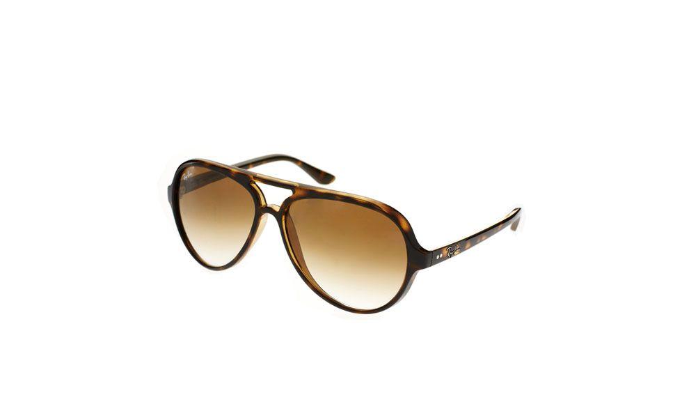 """<p>O principal acessório das férias é o <a href=""""http://www.dicasdemulher.com.br/assunto/oculos/"""" alt=""""Tudo sobre Óculos no Dicas de Mulher"""">óculos</a> de sol. Além de deixar qualquer mulher mais elegante, ele ainda tem a função de proteger os olhos contra os danos dos raios UV. A nossa dica é levar um óculos básico que combine com qualquer biquíni ou saída de praia. Os modelos coloridos podem restringir as suas opções de looks. </p>"""
