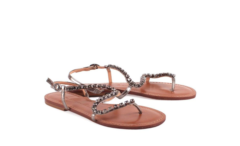 <p>Outro par de sapatos indispensável para o verão é a rasteirinha. Escolha um modelo mais refinado que possa ser usado tanto durante o dia como também à noite – para as mulheres que preferem dar um tempo no salto alto durante as férias. </p>