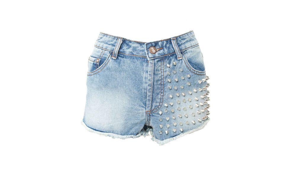 """<p>Outro item que não pode faltar é o queridinho short jeans. Para essa temporada, as tachas e os <a href=""""http://www.dicasdemulher.com.br/acessorios-com-spikes-estao-em-alta/"""">spikes</a> vieram para deixar os shorts mais sofisticados. Para o dia combine com regatas e camisetas leves. Já para eventos noturnos aposte nas blusas com brilho e abuse nos acessórios. </p>"""
