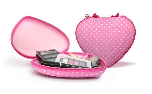 """Porta Organizador Coração Rosa por R$21,90 na <a href=""""http://www.confortoonline.com.br/conforto/bolsas-e-acessorios/necessarias/porta-organizador-corac-o-rosa.html"""" target=""""_blank"""">Conforto Online</a>"""