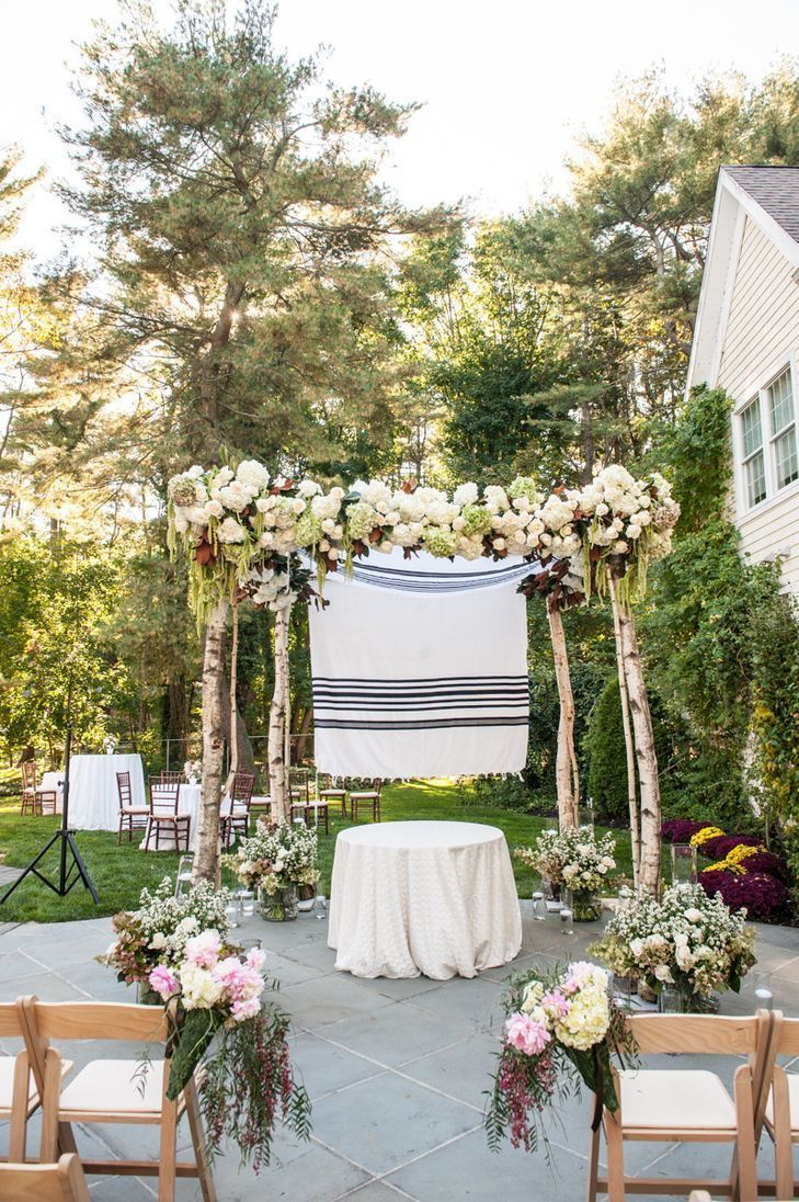 "Foto: Reprodução / <a href=""https://www.theknot.com/real-weddings/a-luxurious-backyard-wedding-at-a-private-residence-in-old-westbury-new-york-album?context=backyard-albums&page=1"" target=""_blank"">The Knot</a>"