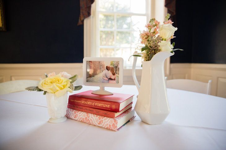 "Foto: Reprodução / <a href="" https://www.theknot.com/real-weddings/a-vibrant-intimate-wedding-at-manor-house-at-kings-charter-in-mechanicsville-virginia-album?context=pink-albums&page=1"" target=""_blank"">The Knot</a>"