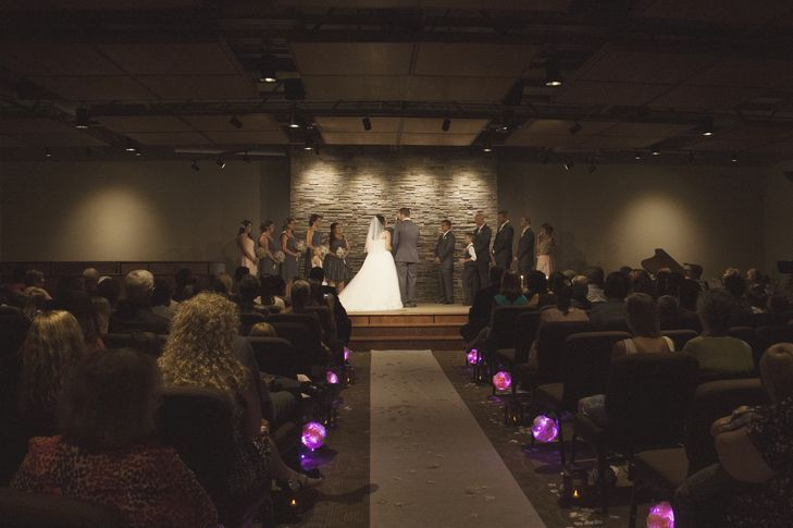 "Foto: Reprodução / <a href=""https://www.theknot.com/real-weddings/a-purple-diy-wedding-at-trinity-bible-church-in-powell-wyoming-album"" target=""_blank"">The Knot</a>"