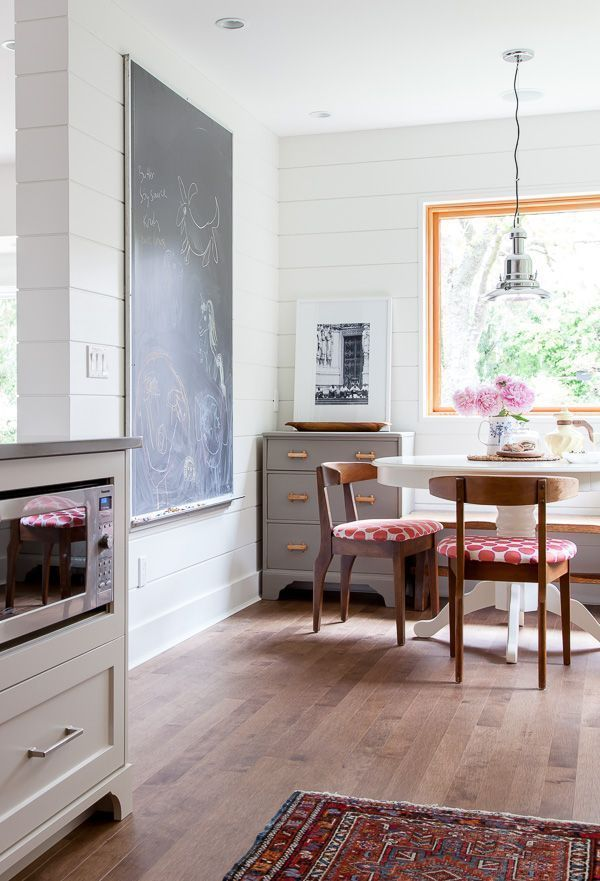 "Foto: Reprodução / <a href=""http://thehousediaries.com/blog/2014/6/13/june-16-before-after-kitchen-breakfast-nook"" target=""_blank"">The house diares</a>"