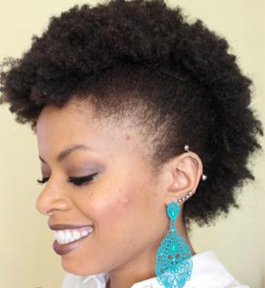 """Foto: Reprodução / <a href=""""http://www.blzinterior.com.br/2014/11/03/penteado-facil-e-rapido-para-cabelo-crespo/"""" target=""""_blank"""">Beleza Interior</a>"""