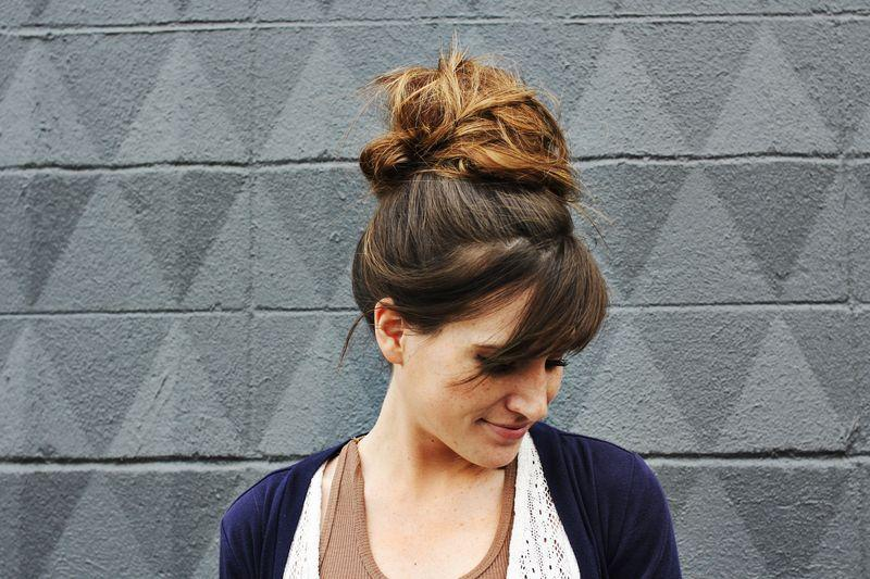 "Foto: Reprodução / <a href=""http://www.abeautifulmess.com/2012/04/how-to-style-a-top-knot.html"" target=""_blank"">A Beautiful Mess</a>"