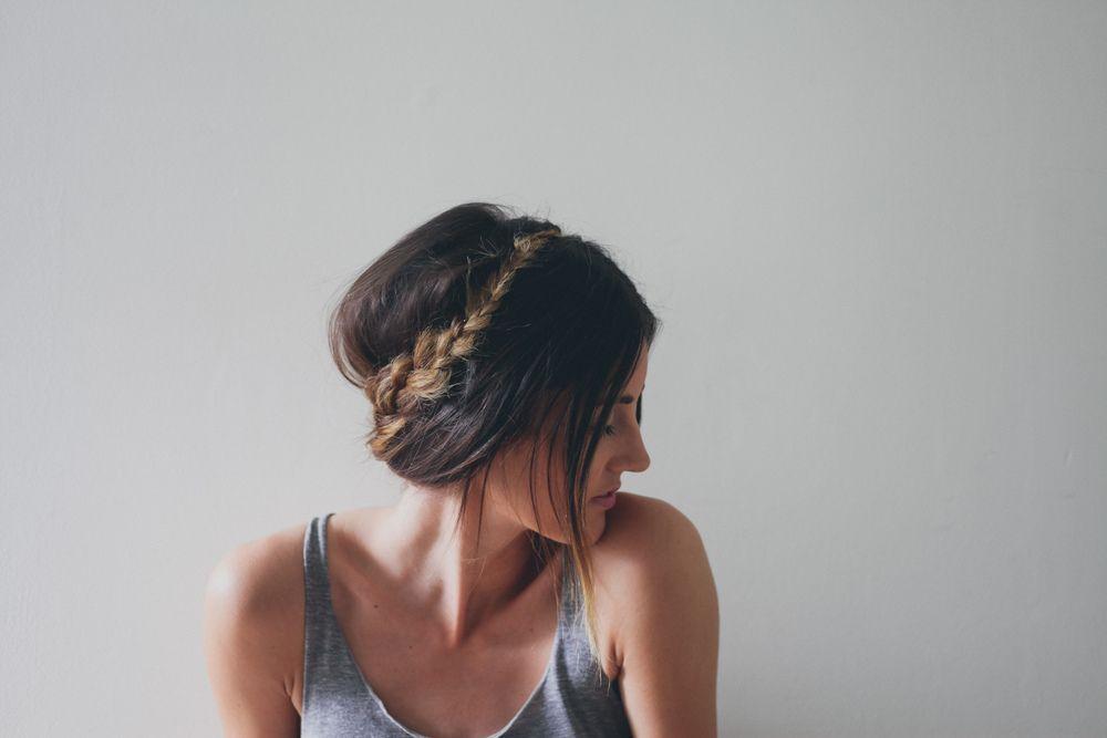 "Foto: Reprodução / <a href=""http://treasuresandtravelsblog.com/blog/2014/4/14/hair-tutorial-braid-crown-for-long-hair"" target=""_blank"">Treasures & Travels</a>"