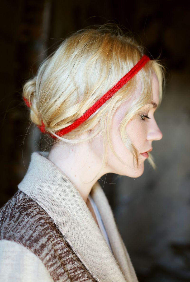 "Foto: Reprodução / <a href=""http://www.abeautifulmess.com/2011/01/how-to-tie-a-yarn-messy-bun-hair-inspiration.html"" target=""_blank"">A Beautiful Mess</a>"