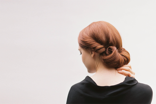 "Foto:  Reprodução / <a href=""http://www.oncewed.com/diy/diy-rolled-chignon-hair-tutorial/"" target=""_blank"">Once Wed</a>"
