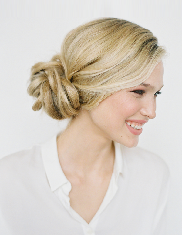 "Foto: Reprodução / <a href=""http://www.oncewed.com/diy/diy-knotted-bun-wedding-hairstyle/"" target=""_blank"">Once Wed</a>"