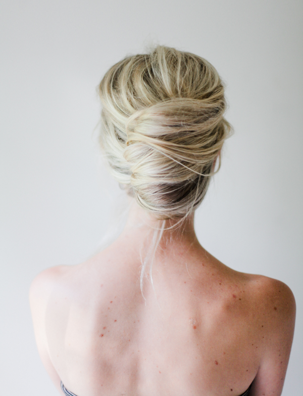 "Foto: Reprodução / <a href=""http://www.oncewed.com/diy/mess-french-twist-tutorial/"" target=""_blank"">Once Wed</a>"