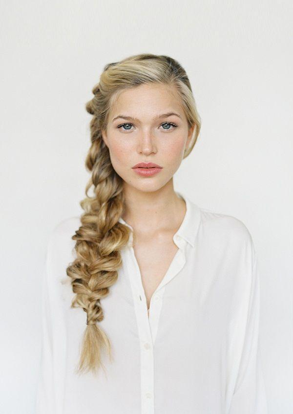 "Foto: Reprodução / <a href=""http://www.oncewed.com/diy/romantic-side-braid-hair-tutorial/"" target=""_blank"">Once Wed</a>"