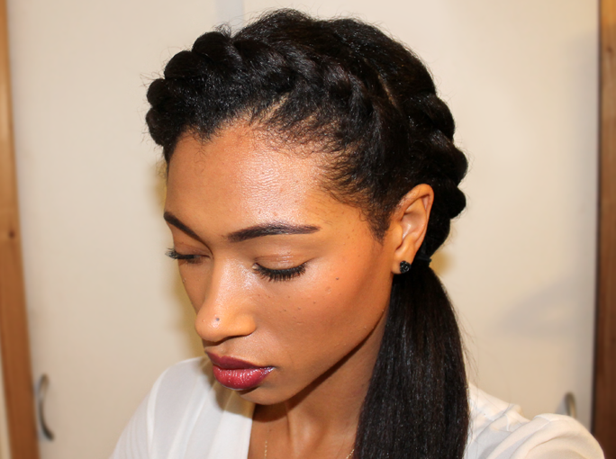 "Foto: Reprodução / <a href=""http://hairstyleday.blogspot.com.br/2013/11/double-twist-ponytail.html"" target=""_blank"">Hair style day</a>"