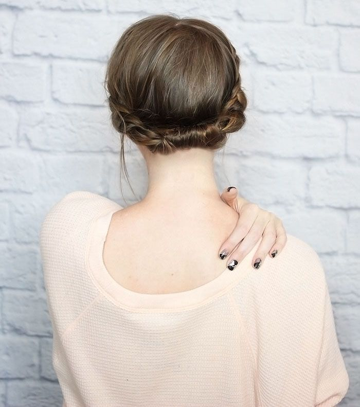 "Foto: Reprodução / <a href=""http://www.thewonderforest.com/2014/10/quick-rolled-braid-updo-for-shorter-hair.html"">The Wonder Forest</a>"