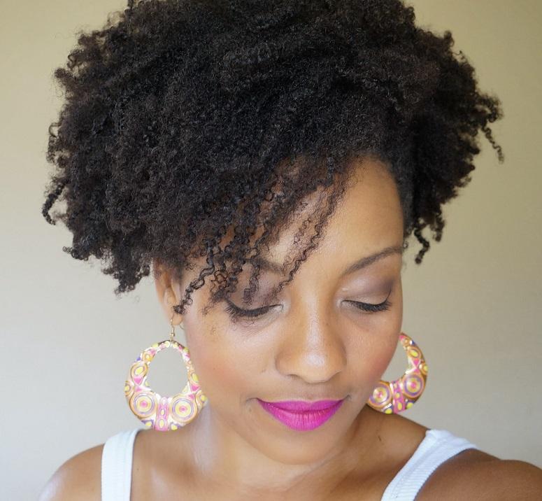 """Foto: Reprodução / <a href=""""http://negrarosarosanegra.blogspot.com.br/2014/01/cabelo-afro-penteado-rapido-4.html"""" target=""""_blank"""">Blog Negra Rosa</a>"""