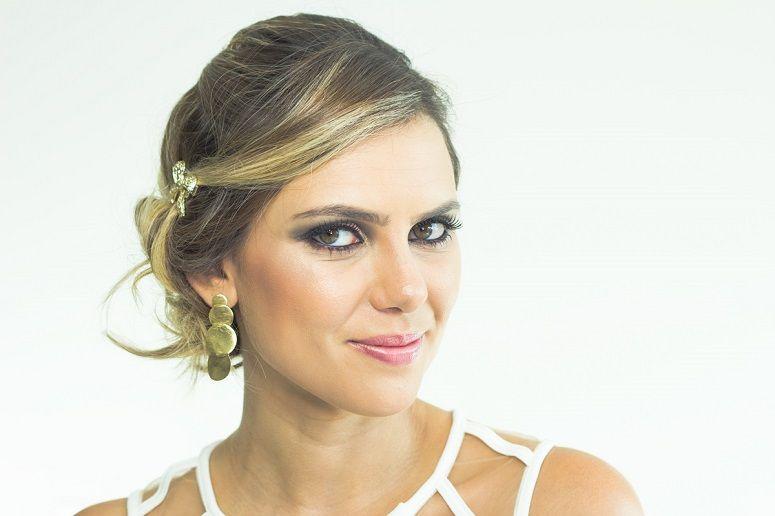 """Foto: Reprodução / <a href=""""http://deboranogueira.com.br/2015/01/15/2-coques-para-cabelos-curtos-penteados-para-festas/"""" target=""""_blank"""">Blog da Débora Bogueira</a>"""