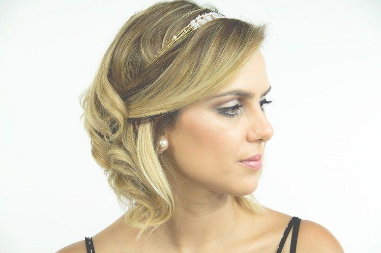 """Foto: Reprodução / <a href=""""http://deboranogueira.com.br/2014/11/27/tutorial-3-penteados-para-cabelos-curtos/"""" target=""""_blank"""">Blog da Débora Nogueira</a>"""