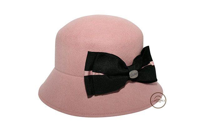 "Chapéu Cloche por R$119,90 na <a href=""http://www.mariachapeu.com.br/chapeu-donna-dolly.html"" target=""blank_"">Maria Chapéu</a>"