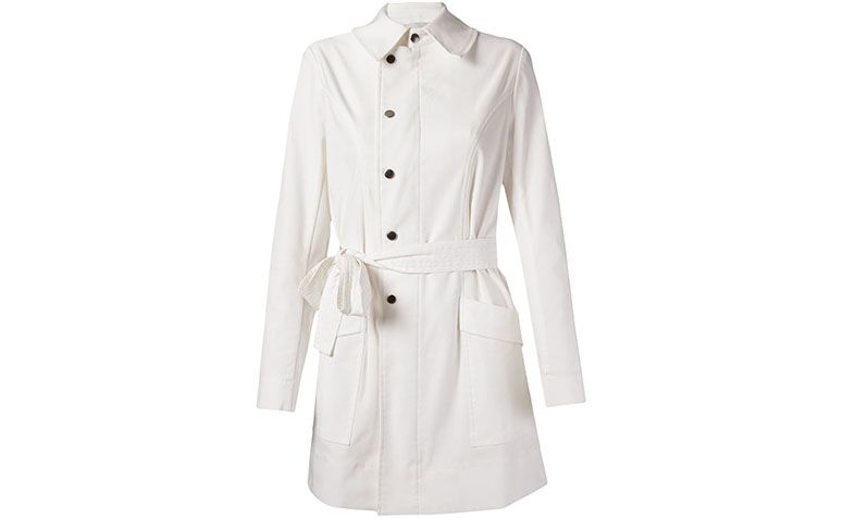 "Trench coat branco Alcaçuz por R$1.050 na <a href=""http://ad.zanox.com/ppc/?27713776C71065639&ULP=[[http://www.farfetch.com/br/shopping/women/alcacuz-trench-coat-item-10907529.aspx?utm_source=zanox&utm_medium=custom_deeplink&utm_term=geral&utm_content=custom_deeplink&utm_campaign=custom_deeplink]]"" target=""blank_"">Farfetch</a>"
