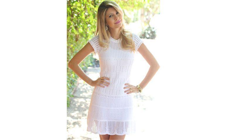 """Vestido branco por R$235 na <a href=""""http://www.galeriatricot.com.br/vestido-furadinho-barra-croche-branco/p"""" target=""""blank_"""">Galeria Tricot</a>"""