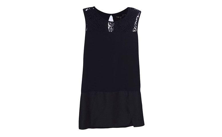 "Vestido preto com renda Maria Filó por R$228 na <a href=""http://www.fashiondelivery.com.br/maria-filo-vestidos-vestido-maria-filo-pala-renda-saia-transpasse-preto-p/p"" target=""blank_"">Fashion Delivery</a>"