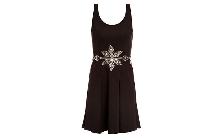 "Vestido preto com detalhe na cintura Joulik por R$143,70 na <a href=""http://www.gallerist.com.br/vestido-ivy-neoprene-6822.aspx/p"" target=""blank_"">Gallerist</a>"