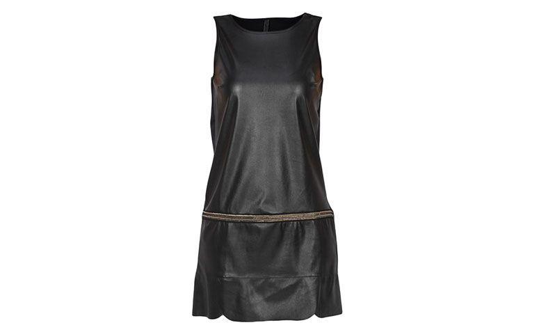 "Vestido preto de couro sintético Coca-Cola por R$239,20 na <a href=""http://ad.zanox.com/ppc/?29469669C13209181&ULP=[[http://www.glamour.com.br/coca-cola-vestidos-vestido-coca-cola-c-sm-preto-pp/p?utm_source=B2C_Afiliados_Zanox_Kangoolu&utm_medium=Deeplink_Zanox&utm_campaign=Produtos_Que_Amamos_Zanox_Kangoolu&prc=9899]]"" target=""blank_"">Glamour</a>"