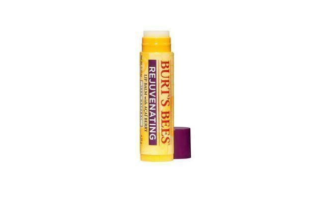 """<p>A blogueira <a href=""""http://cinthyarachel.com/"""" target=""""_blank"""">Cinthya Rachel</a> usa e recomenda o Beeswax Lip Balm da Burt's Bees, feito com cera de abelha. Segundo ela, o produto hidrata muito, mas não fica """"peguento"""" e ainda tem um pouquinho de menta, o que dá um toque refrescante aos lábios. </p> <p><i>Burt's Bees Beeswax lip balm por R$15,90 na <a href=""""http://www.belezanaweb.com.br/burts-bees/beeswax-lip-balm-hidratante-labial-16g/"""" target=""""_blank"""">Beleza na Web</a></i></p>"""