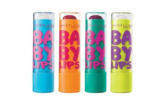 """<p>Outro produto que é queridinho também da Marina e da blogueira Amanda Britto do blog <a href=""""http://starving.com.br/"""" target=""""_blank"""">Starving</a> é o babylips da Maybelline. Ele vem com FPS 20 e diversas opções de cores e sabores. </p> <p><i>Maybelline Babylips por R$22,32 na <a href=""""http://fabuloustore.com/lbios/lip-balm?product_id=2371"""" target=""""_blank"""">Fabulous Store</a></i></p>"""