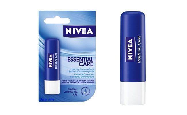"""<p>A blogger Amanda também recomenda o Nivea lip care que vem em variadas opções de sabor/aroma e alguns com um toque suave de cor, entre as edições especiais, como o de verão. </p> <p><i>Nivea essential care hidratante labial por R$11 na <a href=""""http://www.sepha.com.br/tratamento-hidratante-labial-essential-care4-8g-nivea-14708.html"""" target=""""_blank"""">Sépha</a></i></p>"""