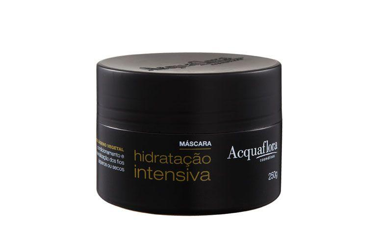 """Máscara de hidratação intensiva Acquaflora por R$20,90 na <a href=""""http://ad.zanox.com/ppc/?29469050C7616875&ULP=[[http://www.belezanaweb.com.br/acquaflora/acquaflora-hidratacao-intensiva-mascara-tratamento-250g/?utm_source=zanox&utm_medium=afiliados&utm_campaign=deeplink_generator]]"""" target=""""_blank"""">Beleza na Web</a> <p>Por conta da descoloração, os cabelos loiros costumam ser mais ressecados e, quando muito danificados, podem se tornar até porosos e quebradiços. É importante, por isso, hidratá-los periodicamente, sempre com cremes brancos, nunca amarelados!</p>"""