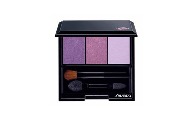 "Sombras Luminizing Satin Eye Color Trio de Shiseido por R$175,90 no <a href=""http://www.belezanaweb.com.br/shiseido/luminizing-satin-eye-color-trio-vi308-deep-violetvioletlilac/"" target=""_blank"">Beleza na Web</a>"