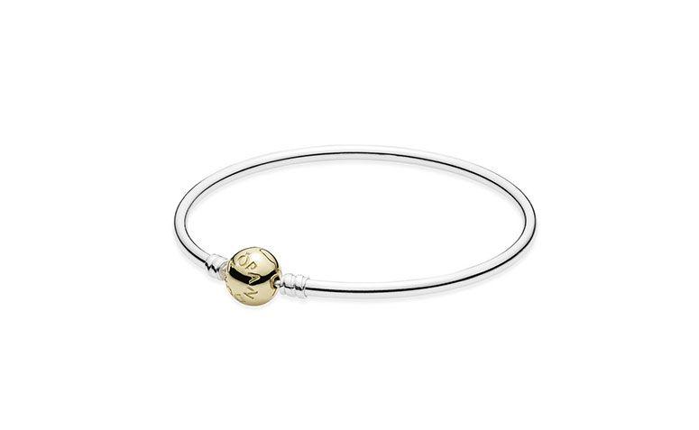 """Pulseira de prata com fecho de ouro por R$1.250 na <a href=""""https://www.pandorajoias.com.br/prod/bracelete-pandora-rgido-com-fecho-de-ouro_590718.html?v=590718-17&bread=468357"""" target=""""blank_"""">Pandora</a>"""