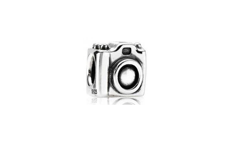 """Berloque de câmera fotográfica banhado à prata por R$10 na <a href=""""http://secretpratas.com.br/lj/index.php?route=product/product&path=79&product_id=773"""" target=""""blank_"""">Secret Pratas</a>"""