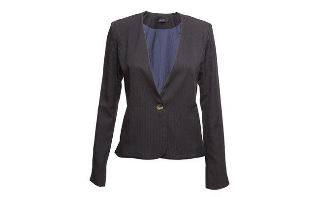 "Blazer Thelure por R$119 na <a href=""http://www.theboutique.com.br/Blazer/blazer-desfile-marinho-thelure-marinho.html"" target=""blank_"">The Boutique</a>"