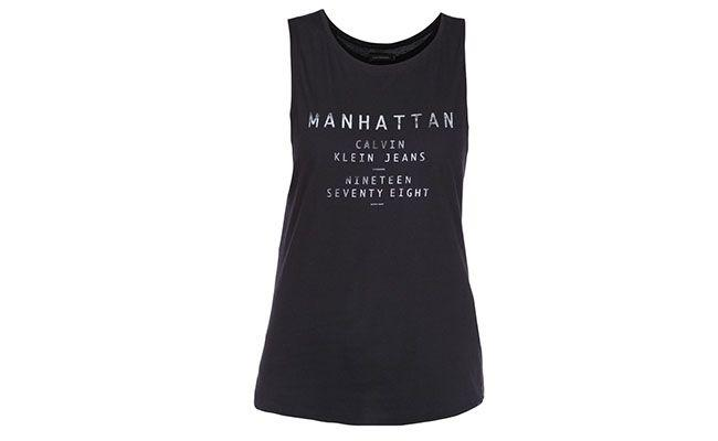 "Regata Calvin Klein por R$89 na <a href=""http://www.glamour.com.br/regatao-calvin-klein-jeans-cidades-preto-175876/p"" target=""blank_"">Glamour</a>"