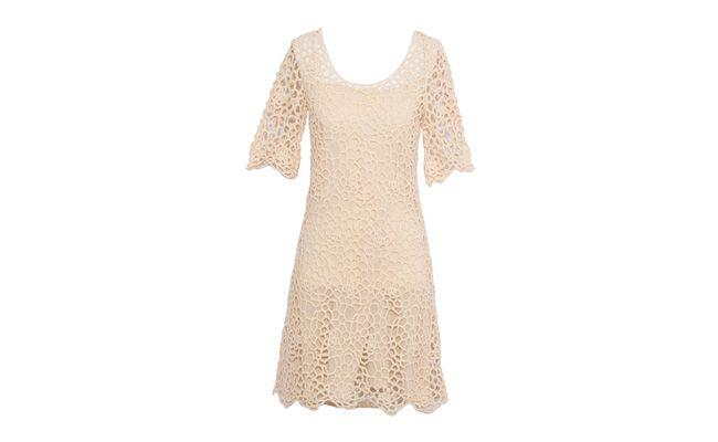 "Vestido renda vazada por R$269 na <a href=""http://www.oqvestir.com.br/vestido-renda-vazada-bege-36500.aspx/p"" target=""_blank"">OQvestir</a>"